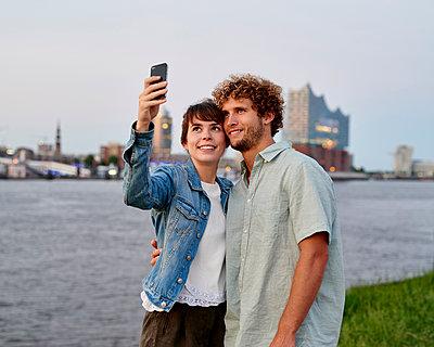 Paar macht Selfie vor der Elbphilharmonie - p1124m1150182 von Willing-Holtz