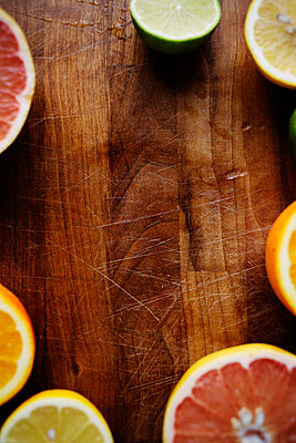 Directly above shot of sliced citrus fruits on chopping board - p1185m1015789f by Astrakan