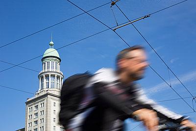 Radfahrer fährt am Frankfurter Tor vorbei - p1325m1515052 von Antje Solveig
