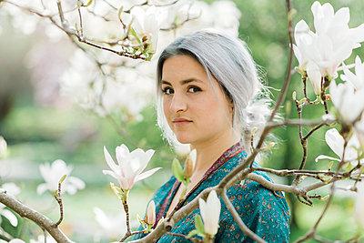 Young woman with grey hair wearing kimono - p1437m1584881 by Achim Bunz
