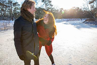 Netherlands, Vught, Vughtse Hei, ginger girl and boyfriend iceskating - p300m2287638 von Frank van Delft