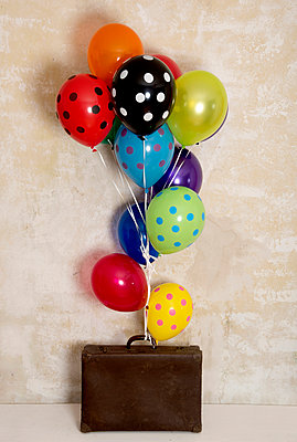 Suitcase with balloons - p451m953152 by Anja Weber-Decker