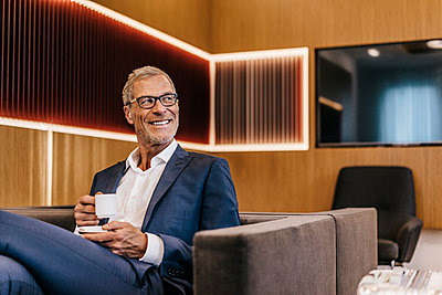 Mature businessman drinking espresso - p586m1208514 by Kniel Synnatzschke