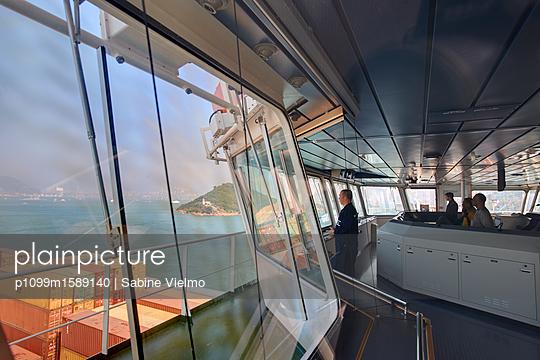 Containerschiff vor Hongkong - p1099m1589140 von Sabine Vielmo