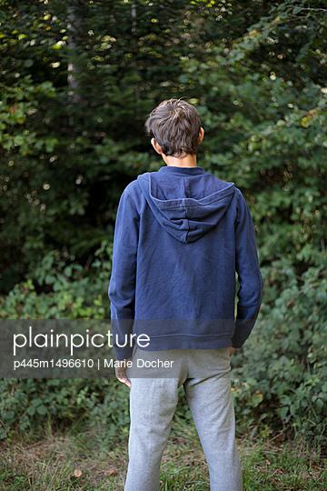 Teenage boy rear view - p445m1496610 by Marie Docher