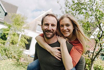 Happy couple standing in their garden - p300m2166721 by Kniel Synnatzschke