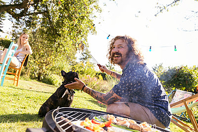 BBQ with dog - p788m2027597 by Lisa Krechting