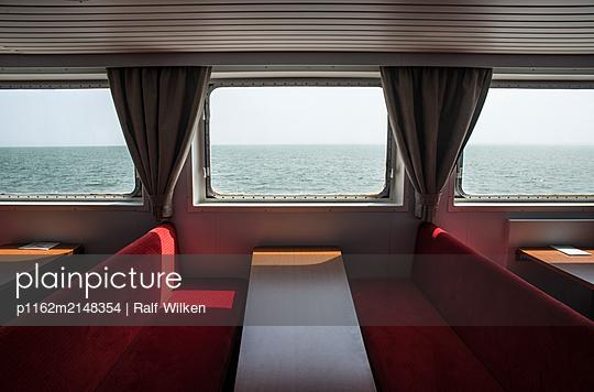 Blick aus der Fenster der Wangerooge-Fähre - p1162m2148354 von Ralf Wilken