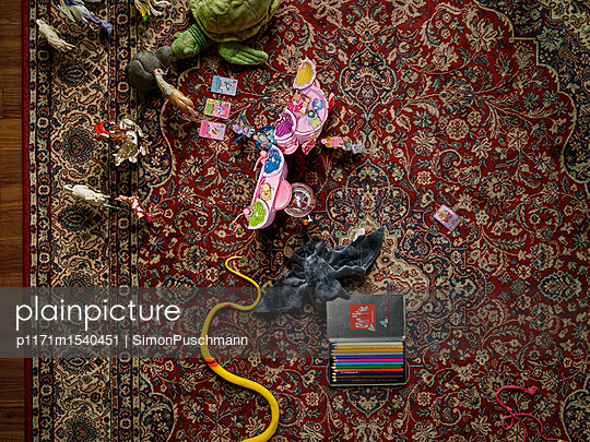 Spielzeug auf einem Teppich im Kinderzimmer - p1171m1540451 von SimonPuschmann