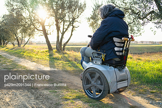 Man on wheels enjoying countryside - p429m2091344 by Francesco Buttitta