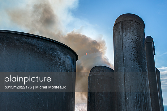 Schornsteine auf einem Containerschiff - p915m2022176 von Michel Monteaux
