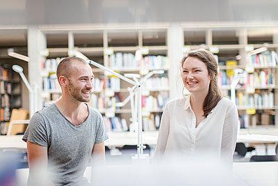 Studierende in Bibliothek - p1284m1452067 von Ritzmann