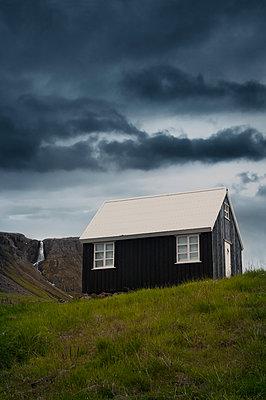 Haus am Wasserfall - p470m1165097 von Ingrid Michel
