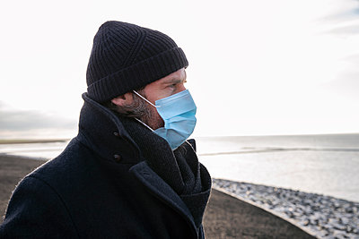 Germany, Schleswig-Holstein, St. Peter-Ording, Man lookint out to the sea - p788m2231284 by Lisa Krechting