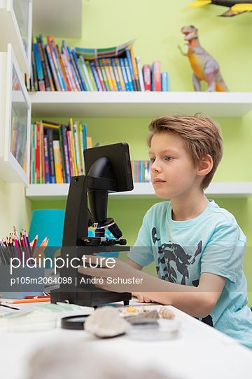 Junger Schüler am Mikroskop - p105m2064098 von André Schuster