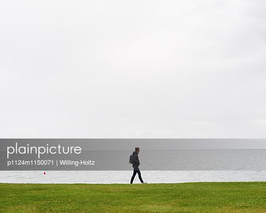 Frau spaziert am Genfer See - p1124m1150071 von Willing-Holtz