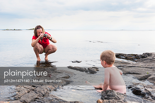 Mother taking picture of son - p312m1471140 by Mikael Svensson