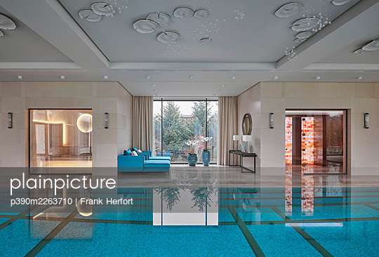 Swimming pool in a private villa - p390m2263710 by Frank Herfort