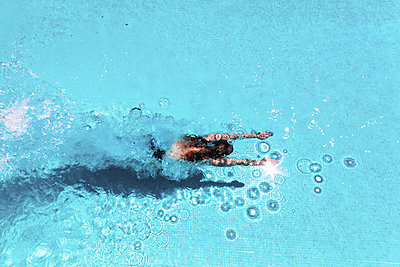 Woman diving underwater in swimming pool - p300m1166563 by Scott Masterton