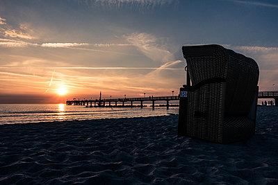 Strandkorb bei Sonnenuntergang - p354m1467168 von Andreas Süss