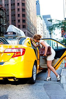 Frau in New York - p787m965732 von forster & martin