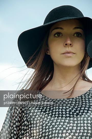 Frau mit elegantem Hut - p1248m1582927 von miguel sobreira