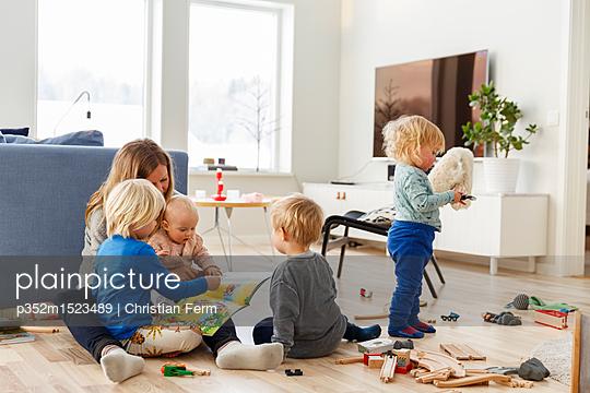 plainpicture | Photo library for authentic images - plainpicture p352m1523489 - Woman playing with children... - plainpicture/Folio Images/Christian Ferm