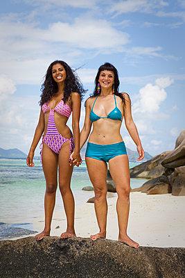 Female friends on the beach - p0452500 by Jasmin Sander