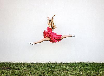 Weiblicher Teenager macht einen Luftsprung - p1019m1496307 von Stephen Carroll