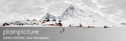 Greenland, Schweizerland Alps, Kuummiit, ski tourers - p300m1587530 von Alun Richardson