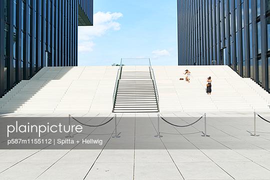 Treppen zwischen modernen Bürogebäuden - p587m1155112 von Spitta + Hellwig