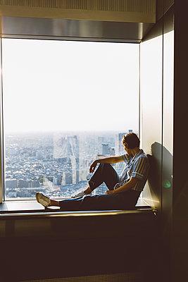 Frau blick auf Skyline von Tokio  - p432m2093394 von mia takahara