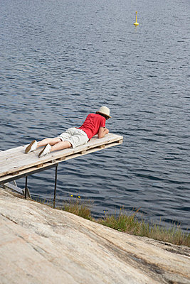 Woman lying on a spring board - p4641306 by Elektrons 08