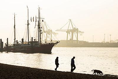 Strandspaziergang - p488m946290 von Bias