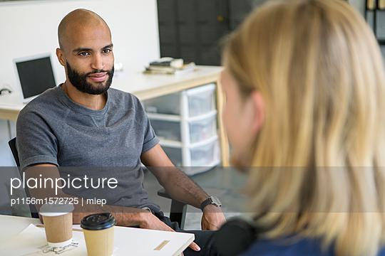 Arbeitskollegen im Gespräch - p1156m1572725 von miep