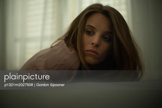 Traurige junge Frau - p1321m2027508 von Gordon Spooner
