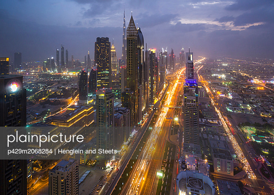 Skyscrapers along Sheikh Zayed Road at evening rush hour, Dubai, UAE - p429m2068284 by Henglein and Steets