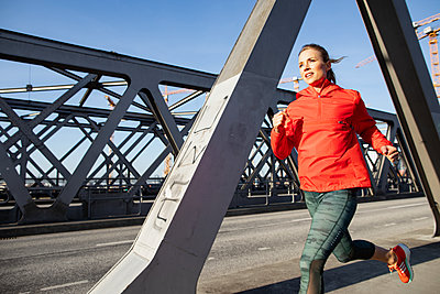 Woman jogging in Hamburg - p1678m2262254 by vey Fotoproduction