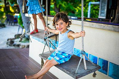 Junge auf einer Schaukel - p680m1511663 von Stella Mai