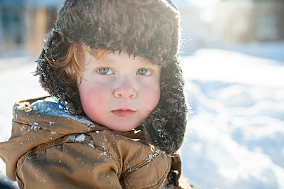 Portrait of toddler boy in winter clothes and hat out in the snow - p1166m2136752 by Cavan Images
