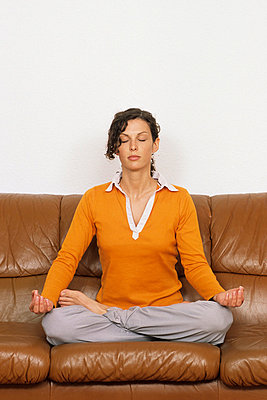 Frau beim Meditieren - p2200589 von Kai Jabs