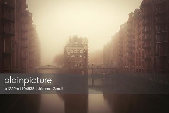 Speicherstadt im Nebel - p1222m1104838 von Jérome Gerull