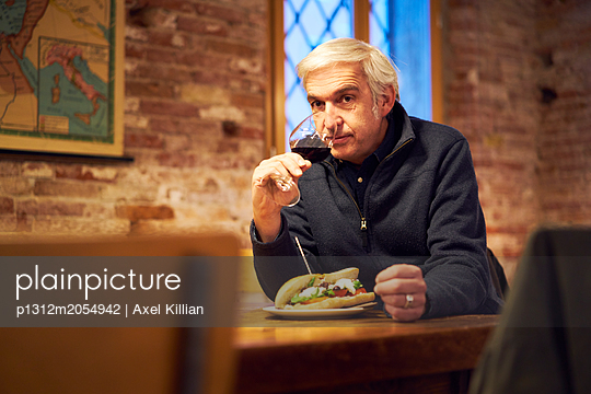 Mann in einem Restaurant - p1312m2054942 von Axel Killian