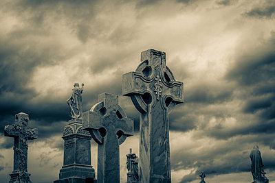 Keltische Kreuze vor einem dramatischen Himmel - p1170m1477245 von Bjanka Kadic