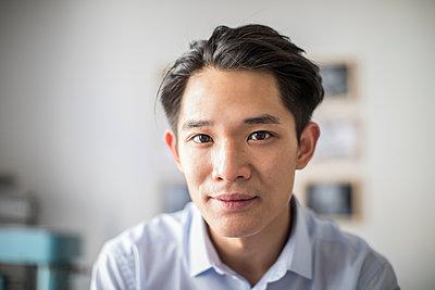 Junger asiatischer Unternehmensgründer Porträt - p1284m1541359 von Ritzmann