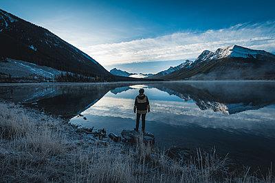 Junge Frau steht vor dem Spray Lake in Kanada - p1455m1574499 von Ingmar Wein