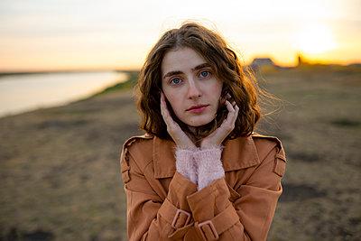 Brünette Frau bei Sonnenuntergang - p1646m2232035 von Slava Chistyakov