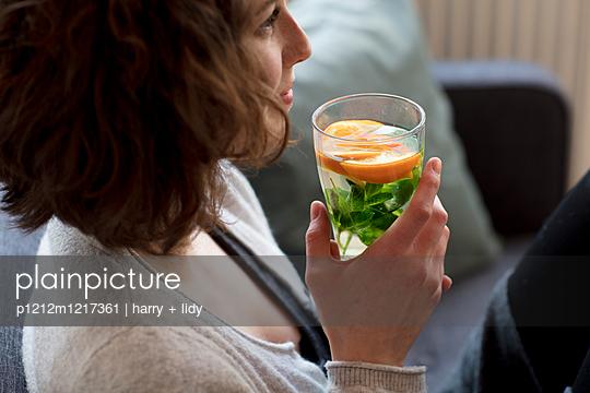 Junge Frau mit Getränk - p1212m1217361 von harry + lidy