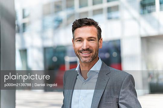 Portrait of smiling businessman outdoors - p300m2139788 by Daniel Ingold
