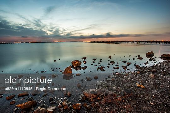 Abendrot am See - p829m1110845 von Régis Domergue